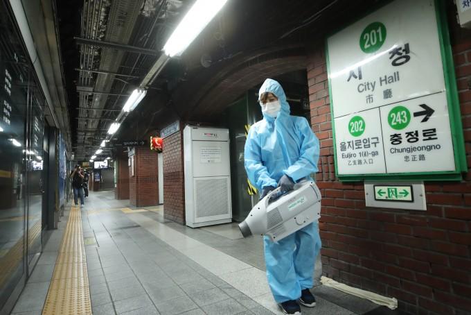 17일 오후 신종 코로나바이러스 감염증(코로나19) 확진자가 발생한 서울 지하철 2호선 시청역 승강장에서 관계자가 방역을 하고 있다. 연합뉴스 제공