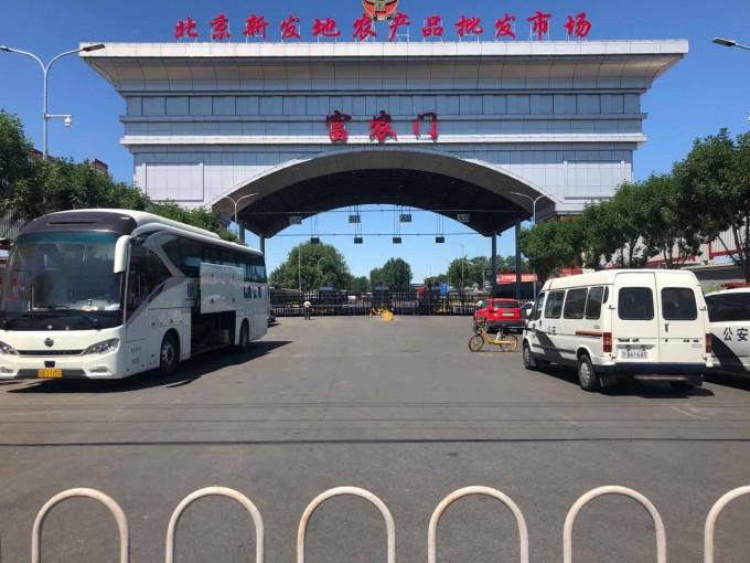 14일 베이징 신파디 농산물 도매시장 문이 굳게 닫혀 있다. 연합뉴스 제공