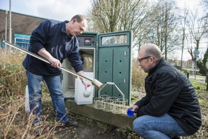 네덜란드 KWR 물연구소 연구팀이 하수를 채취하는 모습이다. KWR 물연구소 제공