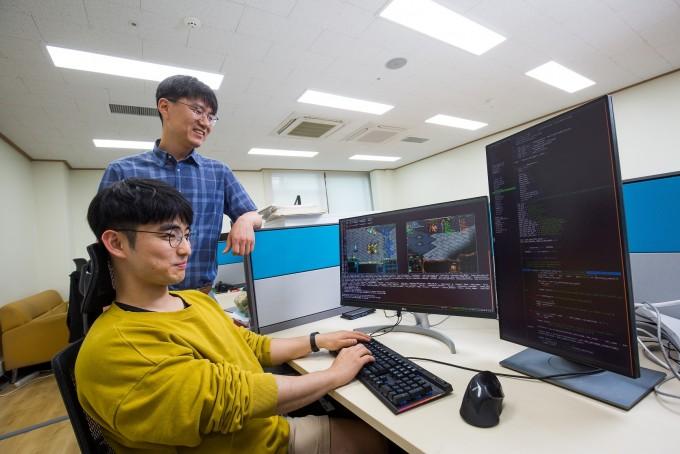 김경중 광주과학기술원(GIST) 융합기술학제학부 교수팀은 게임 인공지능(AI)를 연구한다.  게임은 현실보다 문제와 규칙이 명쾌하고, 평가도 쉽다. 때문에 현실 대신 AI를 대입해 연구하기 좋은 플랫폼으로 꼽힌다. 게임 자체를 개선하거나 게이머의 행동을 분석하기 위해 AI를 활용하기도 한다. 최근에는 게임 AI의 기술과 요소를 이용해 발달장애인 등 소통약자를 위한 도우미 기술 개발에도 나섰다. 동아사이언스