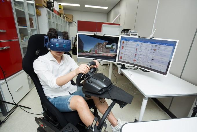 김승준 광주과학기술원(지스트) 융합기술학제학부 교수팀은 인간과 컴퓨터의 상호작용(HCI)과 인공지능(AI), 그리고 가상현실(VR) 및 증강현실(AR)을 연구하고 있다. 이 기술을 집대성해 도심재생에 필요한 공공시설물 및 표지판 디자인 정량 평가 도구를 개발하고 있다. VR을 이용해 실제와 비슷하게 구축한 가상 도시 공간, 또는 실제 자동차를 타고 주행하며 보는 실제 공간에 새로운 디자인의 표지판을 설치하고 다양한 환경 조건을 부여해 효율성이나 안전성 등을 평가할 수 있다. ⓒ동아사이언스