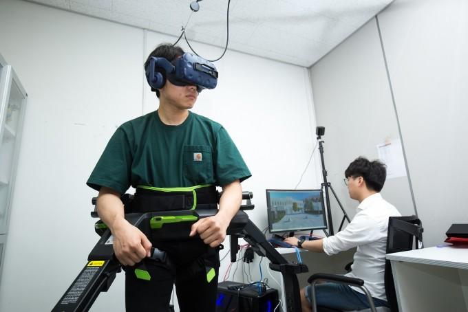 김승준 교수팀 연구원들이 장비를 통해 연구실 안에서 걸으며 VR을 통해 실제 공간을 걷는 듯한 체험을 하는 기술을 시연하고 있다. ⓒ동아사이언스