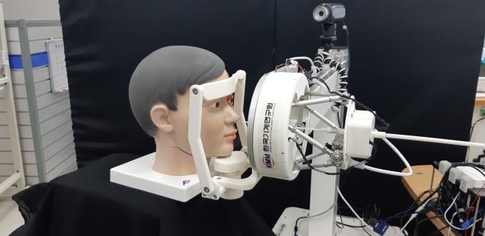 서준호 한국기계연구원 선임연구원 연구팀이 개발한 비대면 검체 채취 로봇 시스템의 모습이다. 의료진은 환자와 접촉하지 않고도 로봇을 이용해 검체를 채취할 수 있다. 한국기계연구원 제공
