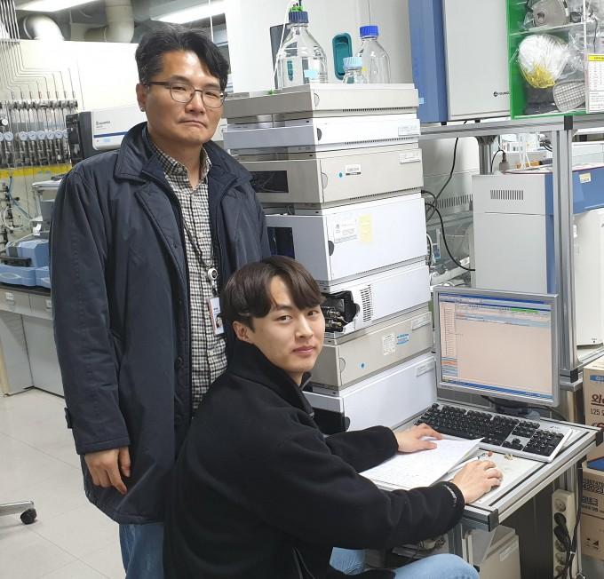 하정명 한국과학기술연구원(KIST) 청정에너지연구센터 책임연구원(왼쪽)과 김윤수 연구원(우측)이 개발한 바이오항공유의 점도를 측정하고 있다. 한국과학기술연구원 제공