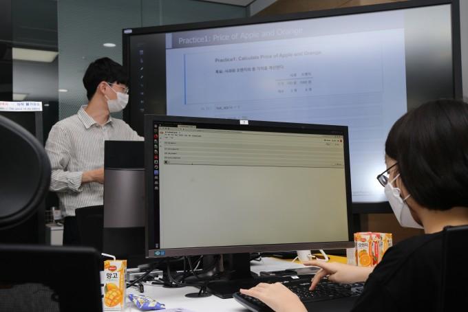 '1day 코딩 실습'에 참가한 김지윤 양(오른쪽)이 강형민 KAIST 전기및전자공학부 연구원의 지도에 따라 코딩의 기초 과정을 실습하고 있다. 대전=서동준 기자 bios@donga.com