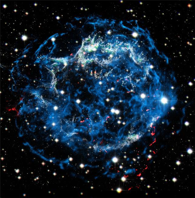 초신성 잔해 카시오페이아A의 엑스선, 광학 합성 영상이다. 푸른색은 초신성 충격파에 의해 가열된 기체와 상대론적 전자들의 분포를, 붉은색은 폭발 전 별로부터 방출된 성변물질의 분포를 보여준다. 이 천체까지의 거리는 1만 1000 광년이다. 구본철, 이용현, 김현정 제공