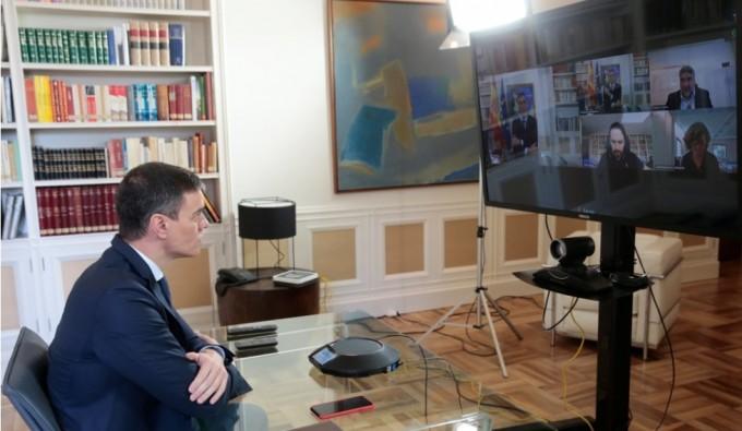 페드로 산체스 스페인 총리가 13일(현지시간) 화상으로 각료들과 코로나19 대책회의를 하고 있다. 스페인총리실·로이터/연합뉴스 제공