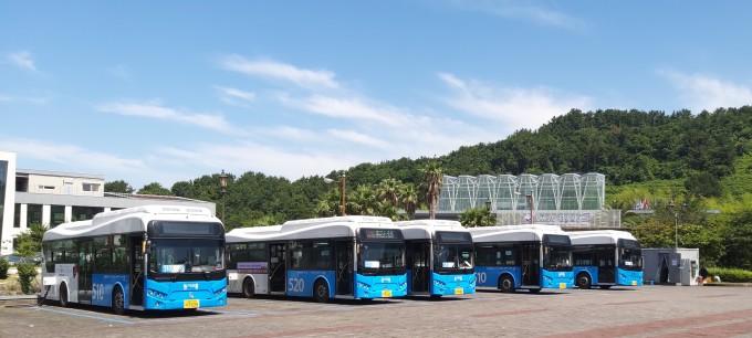 제주도 서귀포 중문차고지에 서 있는 전기버스의 모습이다. 서귀포 시내 운행의 상당수를 차지하는 전기버스는 충전서비스가 중단되면서 이달 29일부터 멈출 것으로 보인다. 커넥토 제공