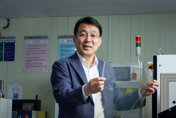 김대업 한국생산기술연구원 전북본부 탄소경량소재응용그룹 박사가 생산비를 절감하는 새로운 공정으로 제작한 '스마트 윈도우' 필름을 들어 보이고 있다. 동아사이언스DB