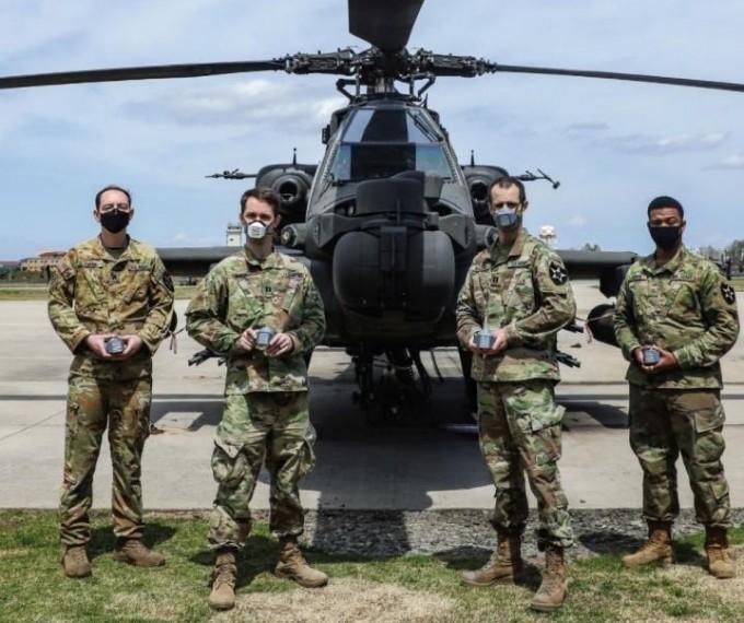 경기 평택 주한미군 기지 '캠프 험프리스'에서미군 병사들이 미2사단 제2전투항공여단 항공기 비행장에서미국 해군연구청(ONR) 등과 함께 개발한 3D 프린팅 마스크를 출력해 착용하고 있다. 미 2사단 공보참모처 제공