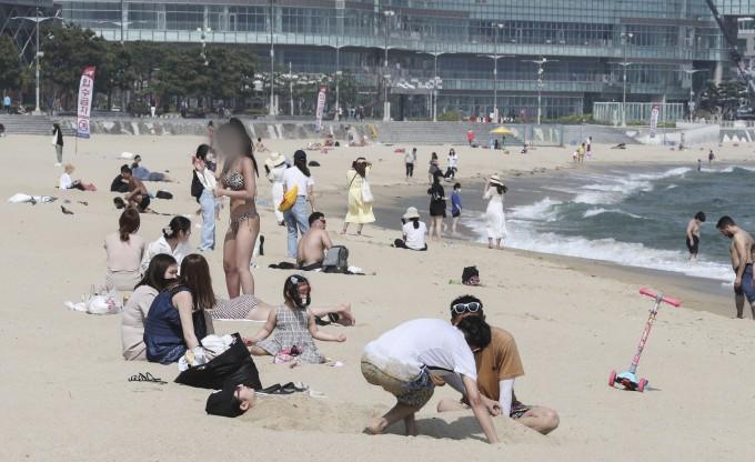 산 해운대 해수욕장을 찾은 관광객들이 모래사장에서 피서를 즐기고 있다. 연합뉴스 제공