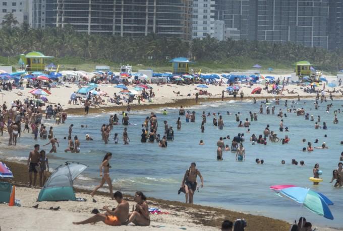 24일(현지시간) 미국 플로리다 마이애미 해변에서 코로나19 확산에도 불구하고 수많은 사람이 해수욕을 즐기고 있다. 연합뉴스/EPA 제공