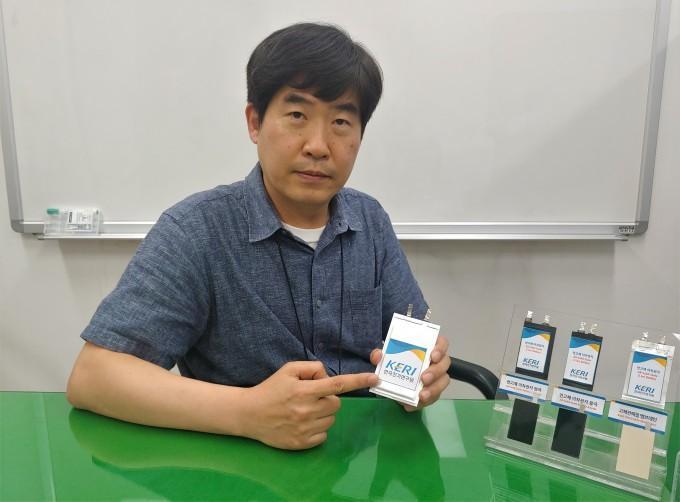 이상민 한국전기연구원 차세대전지연구센터장이 연구팀에서 개발한 전고체 배터리를 들어보이며 설명하고 있다. 창원=조승한 기자 shinjsh@donga.com
