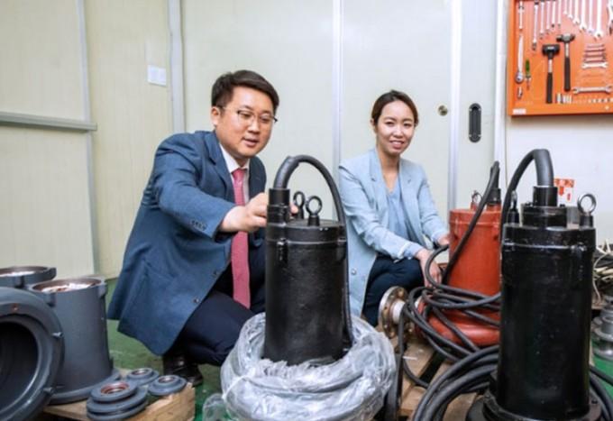 청정에너지시스템연구부문 김진혁 박사와 차미영 ㈜황해전기 상무이사가 개발된 단일채널 펌프를 바라보고 있다. 동아사이언스DB