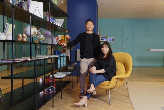 김정범 교수(왼쪽)와 함께 연구에 참여한 이현아 연구원. UNIST 제공