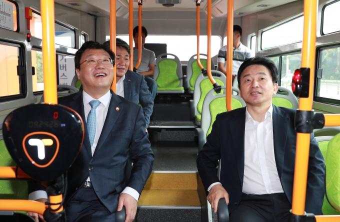 2016년 원희룡 제주도지사(오른쪽)와 주형환 전 산업통상자원부 장관이 서귀포에 처음 도입되던 전기버스에 탄 채 의견을 나누는 모습이다. 제주도 제공