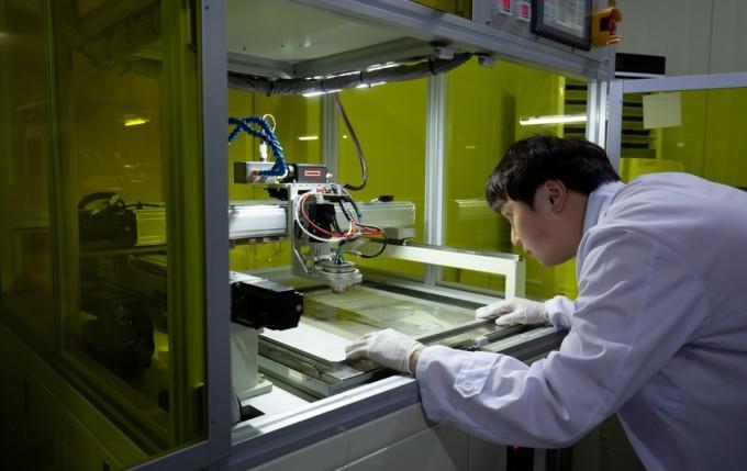 외부 온도에 따라 적외선량을 조절하는 스마트 윈도우 소재로는 이산화바나듐이 쓰인다. 김대업 박사 연구팀은 이산화바나듐을 용액 형태로 코팅한 후 표면에만 빛을 쪼여 소결하는 공정을 개발했다. 동아사이언스DB