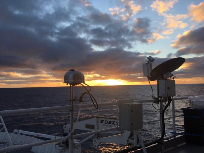 연구팀이 에어로졸 포집기를 이용해 남극해 공기에서 에어로졸을 모으고 있다. 콜로라도주립대 제공