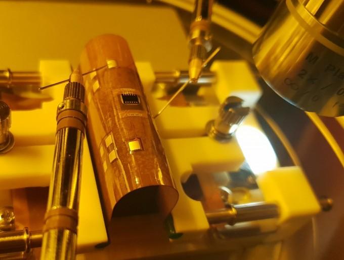한국기계연구원은 기체와 균일한 가열 기술을 이용해 직접 접촉 없이 여러 반도체칩을 고르게 조립하는 기술을 개발했다. 갱본더라는 이 기술을 이용하면 3차원 플렉시블(휘어지는) 반도체 패키지(사진)를 효율적으로 후처리할 수 있다. 한국기계연구원 제공