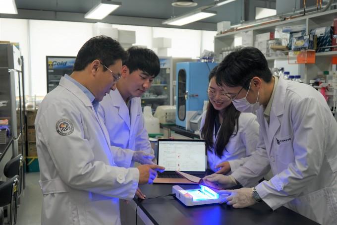 주재열 선임연구원과 김성현, 양수민, 임기환 연구원(왼쪽부터)이 알츠하이머 치매 관련 유전체를 분석하고 있다. 한국뇌연구원 제공.