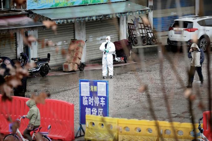 중국 후베이성 성도 우한에서 보호복을 착용한 한 작업자가 신종 코로나바이러스에 의한 폐렴 발병의 진원지로 지목돼 폐쇄된 수산시장에서 방역활동을 하고 있다. 연합뉴스 제공