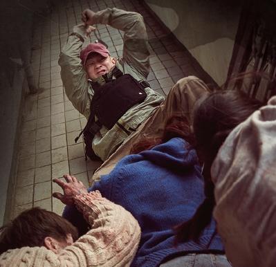 영화 '#살아있다'에서 좀비들이 주인공 오준우(유아인)에게 달려들고 있다. 영화에서 묘사된 좀비 바이러스는 수 분에서 수십 분 내에 뇌로 이동해 신경을 자극하고 극도의 포악성을 띤 좀비로 만든다. 롯데엔터테인먼트 제공