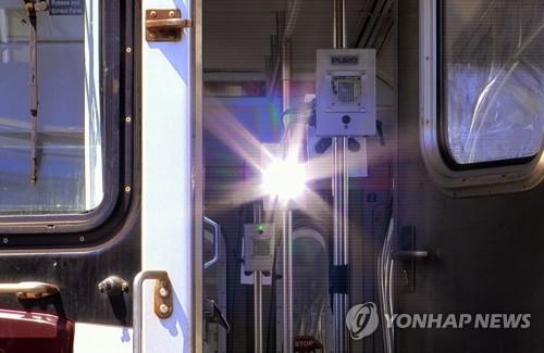 로봇에 원자외선까지…각국 대중교통 방역 비상