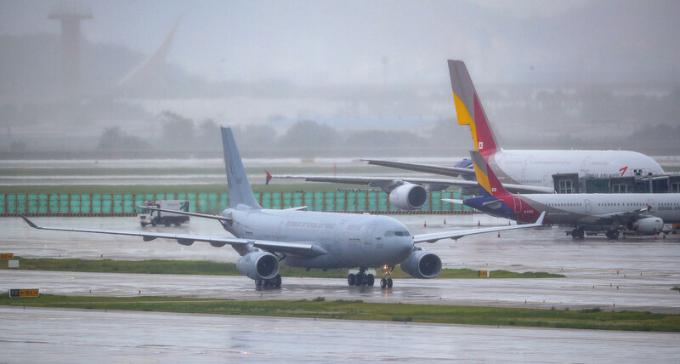이라크에 파견됐던 국내 노동자 290여명을 태운 공군 공중급유기가 24일 오전 인천국제공항에 착륙하고 있다. 연합뉴스 제공
