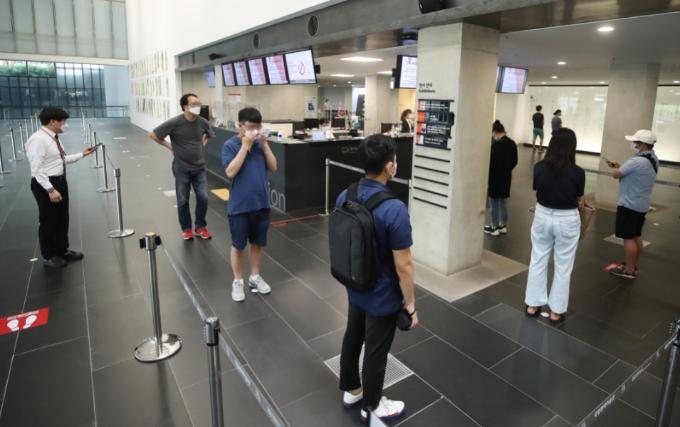 문을 닫았던 수도권의 박물관·미술관·도서관 등 문화시설이 운영을 재개한 22일 서울 종로구 국립현대미술관을 찾은 시민들이 입장권을 받기 위해 기다리고 있다. 연합뉴스 제공