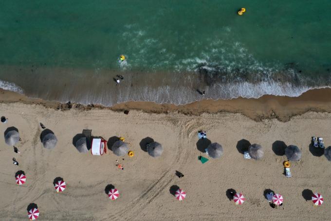 부산지역 7개 해수욕장이 정식 개장한 1일 오후 부산 광안리해수욕장에서 파라솔이 2m 이상 거리를 둔 채 설치 돼 있다. 연합뉴스 제공