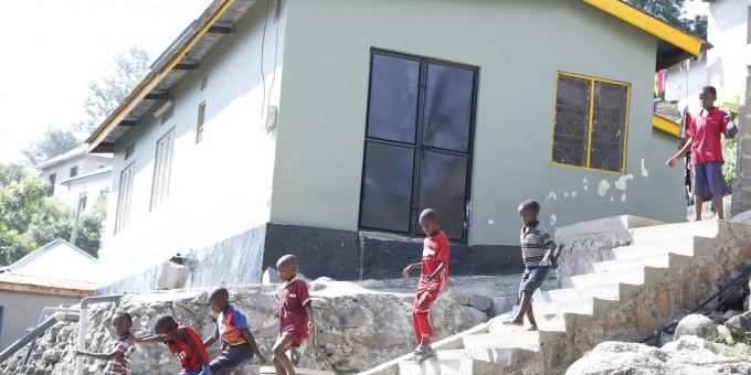 탄자니아의 도시 므완자에서 어린이들이 동네를 걸어가고 있다. 전세계에는 위생시설이 열악하고 최소한의 요건을 갖추지 못한 주거지에 거주하는 인구가 10억~18억에 이른다. 이들이 코로나19에 가장 취약한 만큼 주거지 및 도시 환경 정비를 장기적으로 추진해야 한다는 주장이 나오고 있다. UN해비타트 제공