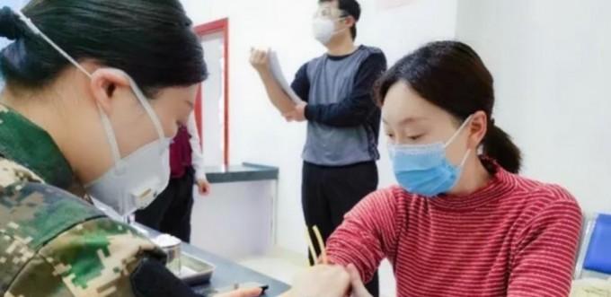 임상시험 백신 접종 후 7일째에 채혈검사를 하는 지원자.의 모습이다. 중국 등 일부 국가를 제외하고는 대부분의 국가에서 이미 스파이크 단백질 변이가 발생한 G유형의 바이러스가 주류이므로, 치료제 및 백신 개발시 이미 고려가 되고 있다. 변이에 대한 과도한 우려가 기우인 이유다. 후베이성 위생건강위원회 제공