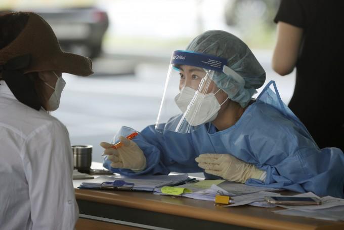 9일 오전 광주 서구청 선별진료소에서 의료진이 코로나19 검사를 위해 문진을 하고 있다. 연합뉴스 제공