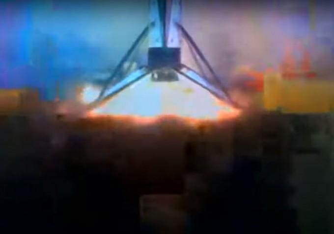 팰컨9의 1단 로켓이 플로리다주 동쪽 대서양 바다에 떠 있는 바지선에 착륙하는 모습이다. 유튜브 캡처