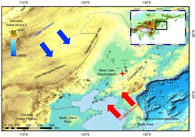 샤오룽완 호수(빨간 십자 표시)와 신석기 시대 발굴 유물들의 위치(작은 동그라미들)를 표시한 지도다. 동아시아 여름 몬순(장마)은 빨간 화살표, 겨울 몬순은 파란 화살표로 나타냈다. 네이처 커뮤니케이션 제공