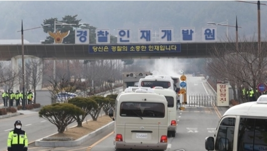 중국 후베이성 우한에서 귀국한 교민들이 탄 차량이아산 임시생활시설로 들어가고 있다. 연합뉴스 제공