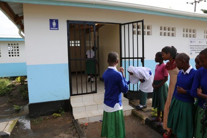 탄자니아의 도시 므완자에서 여자 어린이들이 새롭게 지어진 화장실을 살펴보고 있다. 전세계에는 위생시설이 열악하고 최소한의 요건을 갖추지 못한 주거지에 거주하는 인구가 10억~18억에 이른다. 이들이 코로나19에 가장 취약한 만큼 주거지 및 도시 환경 정비를 장기적으로 추진해야 한다는 주장이 나오고 있다. UN해비타트 제공