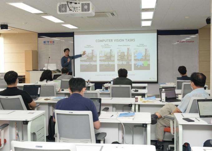 한국전자통신연구원(ETRI)은 AI아카데미를 설립하고 AI 교육과정을 운영한다고 밝혔다. 한국전자통신연구원 제공