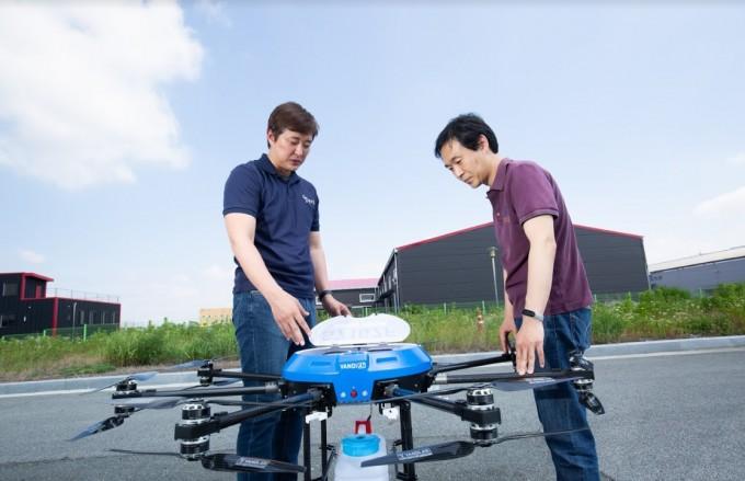 양승환 박사(오른쪽)와 박성우 메타로보틱스 대표가 드론 자동화와 방제 정보 수집 연구를 진행해 개발한 방제 드론을 보고 있다. 동아사이언스DB