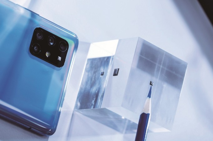 SK텔레콤은 가로, 세로 길이가 각각 2.5mm인 초소형 양자난수생성기 칩셋을 개발해 '갤럭시 A 퀀텀'에 탑재했다. SK텔레콤 제공