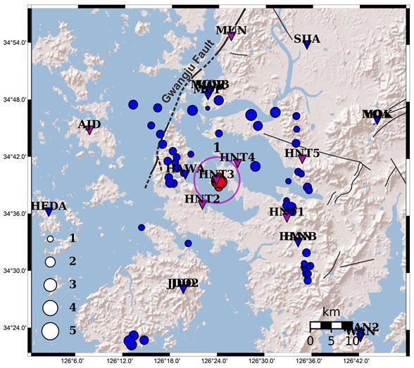 해남지역에서 4월 말 이후 발생한 지진의 분포를 표시했다. 과거지진은 파란색, 최근 지진은 빨간색이며 지진관측소는 역삼각형으로 표시했다. 이 지역에는 11개소의 상시 지진 관측소가 운영 중이다. 기상청이 9개소, 한국지질자원연구원이 2개를 운영 중이다. 지질연은 5월 7일에 진앙 및 인근지역에 5개의 임시 관측소를 추가 설치했다. 한국지질자원연구원 제공