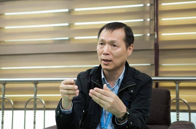 황호영 박사가 금형 주조방안 설계와 불량품이 생기는 원인을 설명하고 있다. 동아사이언스DB