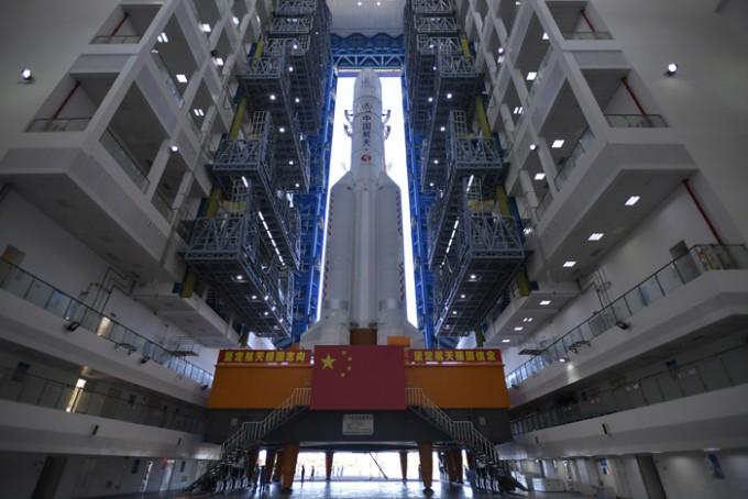 중국 화성탐사선 ′톈원 1호′를 실은 우주발사처 ′창정 5호′가 중국 하이난성 원창 우주발사센터에서 기립해 있다. 중국국가항천국 제공