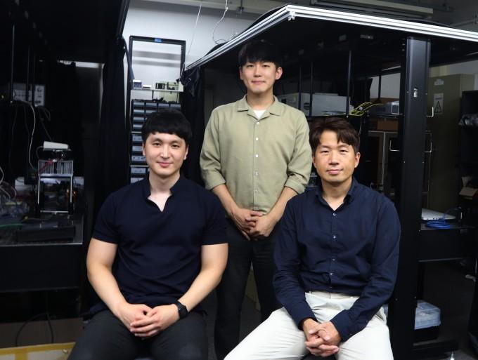 송영민 광주과학기술원(GIST) 전기전자컴퓨터공학부 교수(오른쪽)와 유영진 박사과정생(왼쪽), 고주환 박사과정생 연구팀은 주변 환경의 변화를 색으로 보여주는 바이러스 기반 컬러 센서를 개발했다. GIST 제공