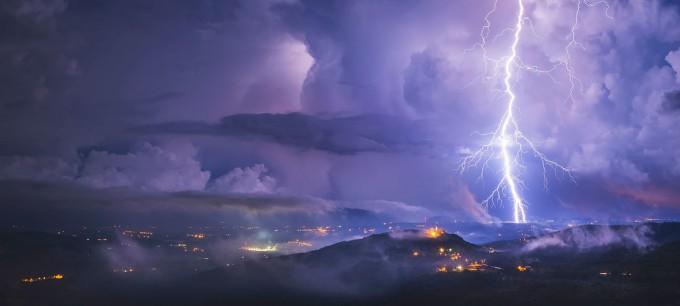 크로아티아에 내리친 번개폭풍의 모습이다. 번개폭풍을 넘어 수백 km 너머까지 퍼져나가고 10초 이상 이어지는 초대형 번개가 관측기술이 발달하며 발견되고 있다. 세계기상기구 제공