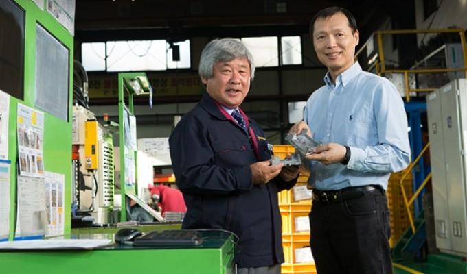 황호영 한국생산기술연구원 뿌리기술연구소 공정지능연구부문 박사(오른쪽)와 오경택 동양다이캐스팅 대표가 인천 남동공단 소재 동양다이캐스팅 생산라인에서 다이캐스팅 부품을 들어 보이고 있다. 동아사이언스DB