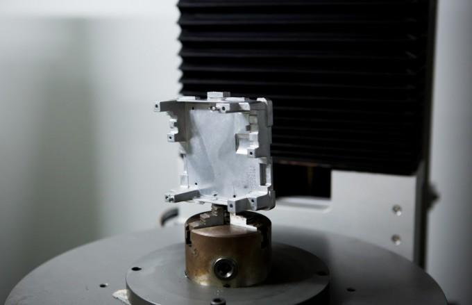 동양다이캐스팅이 생산하는 금형 주조 부품 중 생산량이 가장 많은 'ECU 케이스'. 자동차 ECU의 기판이 부착되는 중요한 부품이다. 동아사이언스DB