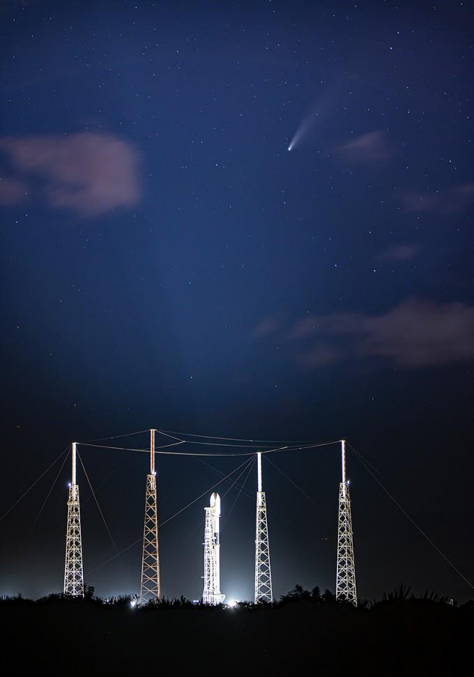 팰컨9과 아나시스 2호 위로 니오와이즈 혜성이 날아가는 모습이 포착됐다. 스페이스X 트위터 제공
