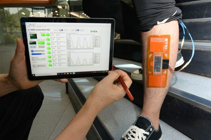 원하는 부위에 네모난 파스처럼 붙이면 전기로 근육과 관절 움직임을 도와 일상생활 속 활동을 보조하는 기술이 개발 한국전자통신연구원 제공