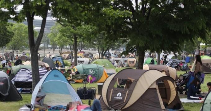 서울 광진구 뚝섬한강공원에서 시민들이 텐트를 치고 휴일을 즐기고 있다. 연합뉴스 제공